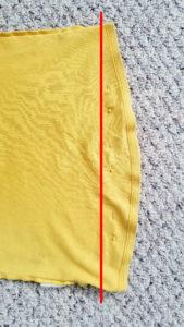 Červená čára naznačuje, kde tričko sešít