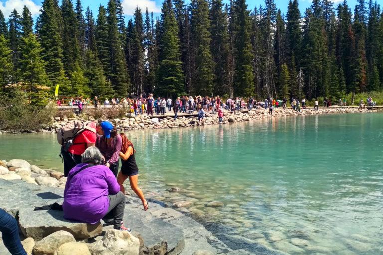 ale také první setkání s davy turistů