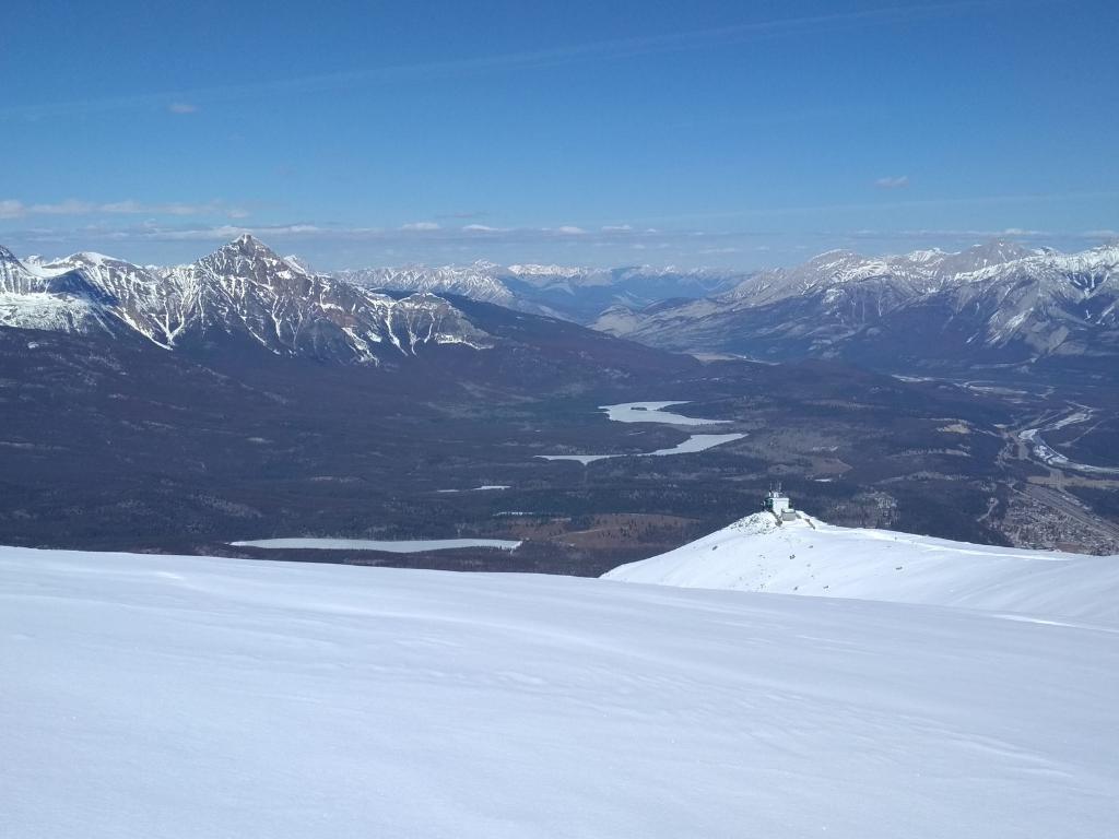 Zimní výhled na horu Pyramid z Whistlers Mt.